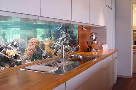übliche Küchen haben als Rückwand bestenfalls hübsch gemusterte