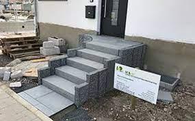 Granitplatten für den innenbereich, zum beispiel für couchtischplatten oder arbeitsflächen in der küche, werden meist poliert und glänzen stark. Hauseingang Aus Granit Anthrazit Stufen Palisaden Und Platten Hauseingang Treppen Hauseingang Treppe Aussen