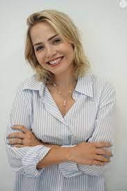 Para realizar o procedimento, Raphaella estuda as linhas e o formato do  rosto, fazendo uma análise visagista e chegando ao tom ideal como o da atriz  Letícia Col - Purepeople