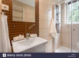 Kleines Badezimmer Mit Braunen Fliesen Spiegel Dusche Und