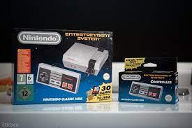 Trên tay máy chơi game NES Classic Mini: nhỏ gọn, rất nhẹ, tay bấm to như  hồi xưa,...