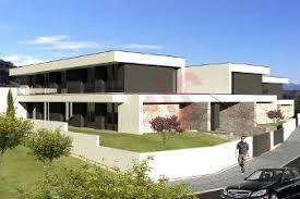 Nesta imagem, a casa de dois andares se destaca pelos volumes que caracterizam a sua fachada: Casas Moradias Para Venda Em Guimaraes