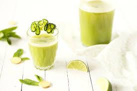 une recette de jus de pomme et conbre avec une pointe de citron vert gingembre
