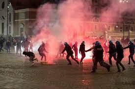 Protesta e rabbia a Roma dopo il coprifuoco: bombe carta a piazza del  Popolo e scontri con la polizia – Il video - Open