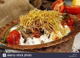 Türkische Fleisch Kebab mit Joghurt und Pommes Frites - cokertme Kebabi  Stockfotografie - Alamy