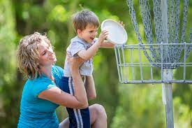 Disc Golf | Cherie Knox helps her son Colton Knox as they pl… | Flickr
