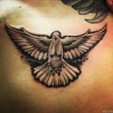 голубь расправив крылья тату на груди у парня добавлено иван