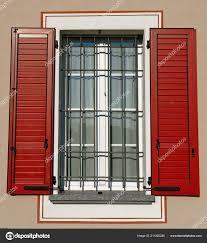 Fenster Im Italien Stil Mit Roten Fensterläden Stockfoto