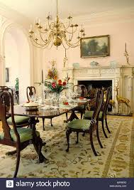 Kronleuchter über Hölzernen Esstisch Und Stühle In Opulente