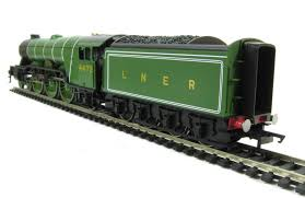 r1167 flying scotsman train set with 3 x lner coaches loco has 3 pole
