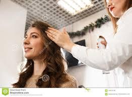 Vrouw Die Genoegen Van Haar Nieuwe Haarstijl Nemen Stock Foto