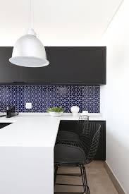 Em lojas de materiais para construção podemos encontrar vários modelos de azulejo azul claro em diversos tamanhos e desenhos bem variados o qual pode ser colocado tanto no banheiro como na cozinha, sendo. Cozinha Planejada Com Revestimento Azul Marinho E Armarios Pretos Start Arquitetura 166832 Viva Decora