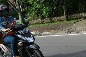 Training director safety defensive consultant indonesia (sdci) sony susmana mengatakan, lampu pada kabin mobil sebaiknya tidak dinyalakan saat berkendara pada malam hari demi keselamatan si pengemudi. Main Hp Sambil Kendarai Motor Ingat Lebih Berbahaya Ketimbang Mabuk Miras Semua Halaman Otofemale