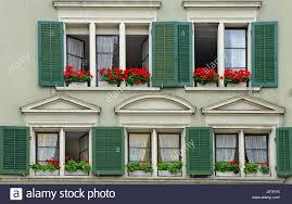 Altes Haus Mit Grünen Fensterläden Und Roten Geranien In Fenster