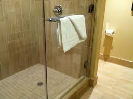 Vee Quiva Hotel & Casino: Walk-in shower with glass enclosures