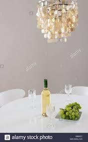 Dekorative Kronleuchter Und Eine Flasche Wein Auf Dem Tisch