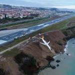 Passagierflugzeug kommt in der Türkei bei Landung von Piste ab