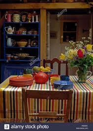 Bunte überprüft Tuch Auf Den Tisch Mit Roten Und Blauen