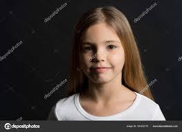 愛らしい顔 長い健康的な髪 黒い背景に髪型の子 ビューティー サロン