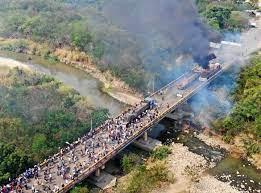 VIDEO| Camiones de ayuda humanitaria fueron quemados por la misma oposición  a Maduro
