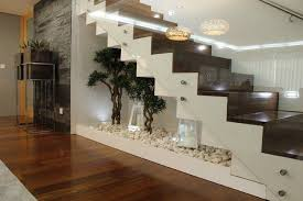 Der raum unter der treppe liegt zwischen dem innenhof und dem foyer. Mini Zen Garten Deko Unter Treppe Interiors Design Treppe Haus Wohnen Haus Interieurs
