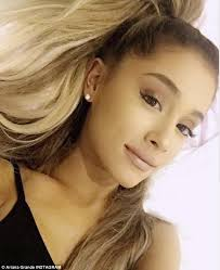 twin pouts like kylie ariana grande is known for her luscious lips and both