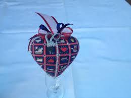 Decorazioni natalizie realizzate con stoffa e finiture chic