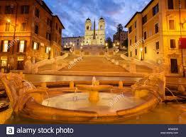 Die geschichte der stadt spiegelt sich in den zahlreichen alten gebäuden, die in der ganzen stadt das kolosseum ist wohl das bekannteste wahrzeichen von rom. Beruhmte Spanische Treppe Mit Boot Brunnen Beleuchtet In Der Blauen Nacht Rom Italien Stockfotografie Alamy