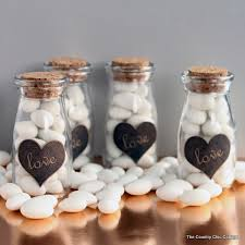Make these DIY wedding favors for your wedding guests! An easy project with  a free