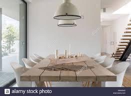 Zimmer Mit Holz Esstisch Weißen Stühlen Und Industriellen
