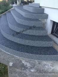 Zunächst werden die treppen gereinigt und danach ausgemessen, damit die metallprofile mit einer metallsäge zugeschnitten werden können. Steinteppich Marmor Zweifarbig Auf Einer Aussenstiege Fugenlos Verlegt Treppe Aussen Natursteinteppich Aussentreppe