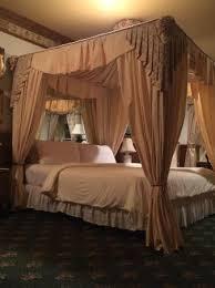 Doryman's Inn: Beautiful bed.