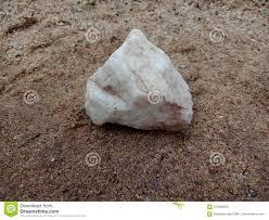Witte Glanzende Steen Met Textuur Op Het Zand Geweven Behang Als