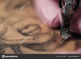 крупный скондля татуировки процесс мастера татуировки розовые