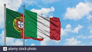 Il Portogallo e Italia bandiera sventolare nel vento contro bianco torbido  cielo blu insieme. Concetto di Diplomazia e relazioni internazionali Foto  stock - Alamy