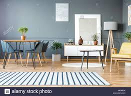 Gestreiften Teppich In Grau Wohnung Interieur Mit Stühle Am Esstisch