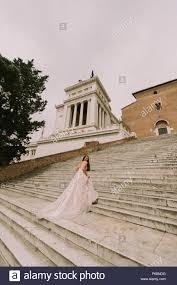 Wieso rauben hochzeitskleider frauen ihre ganze würde? Braut Im Brautkleid Auf Treppe Cordonata Capitolina In Rom Italien Stockfotografie Alamy