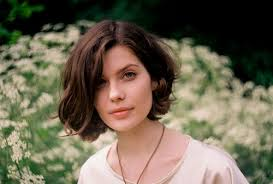 short wavy hairstyle for women