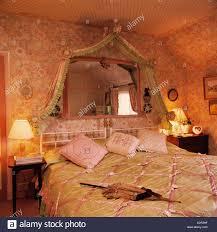 Spiegel über Dem Bett Mit Rosa Und Grün Satin Quilt In Schlafzimmer