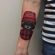 татуировка енота в шапке на предплечье девушки фото рисунки эскизы