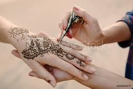 Fotografie Obraz Uplatňování Henna Tetování Na Ruce ženy Posterscz