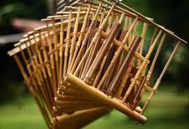 Nah berikut ini adalah beberapa nama alat musik tradisional indonesia dan asal daerahnya. Alat Musik Tradisional Indonesia Jenis Daerah Dan Fungsi