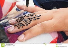 татуировки хны будучи положенным на руку девушек в марокко стоковое