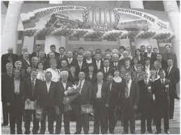 Псковские Железные Дороги Из истории одной станции  Руководители работники ветераны представители разных поколений локомотивного депо у городского драматического театра на торжественном вечере