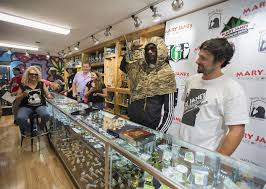 rapper snoop dogg second from right holds a boom box shaped water pipe