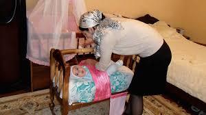 Обычаи ухода и воспитания младенцев: укладывание в <b>люльку</b> ...
