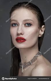 Fascinující Portrét Krásné ženy červenou Rtěnku Mokrý účes Stock