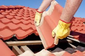 Dachdecker betrachten dächer mit etwas anderem blick. Dachziegel Und Dachsteine Im Vergleich Spezielle Informationen Und Alternativen