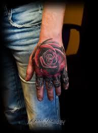 татуировка роза на кисти надпись леттеринг каллиграфия реализм