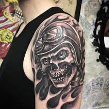 череп с байкерскими очками тату на плече у парня добавлено иван